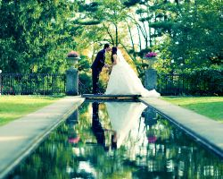 30-skylands-bride-groom-kiss-wedding-reflecting-pool-gardens