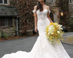51-Bride-wedding-dress-in-front-of-skylands-manner