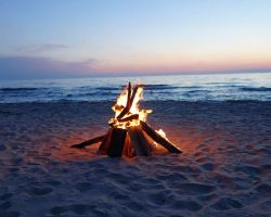 beach-wood-bon-fire-at-dusk