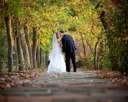 bride-groom-kiss-walkway
