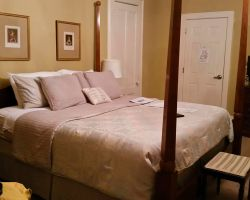 debary-inn-guest-room-queen-bed-luxury-wedding
