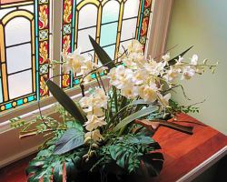 the-debary-inn-interior-wedding-stained-glass-flowers-staircase-victorian